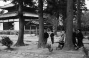 0002_0007 法輪寺境内で遊ぶ子ども