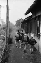 0002_0015 斑鳩小学校へ通学する児童