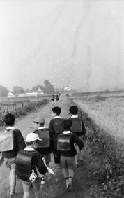 0002_0017 斑鳩小学校へ通学する児童