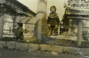 0005_0004 柵に乗って遊ぶ小学生の女の子