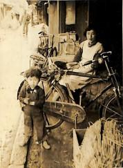 0022_0002 母と荷物と自転車と