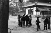 0002_0008 法輪寺境内で遊ぶ子ども達