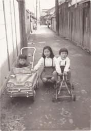 0017_0022 子ども用の車に乗って
