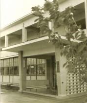 0034_0260 斑鳩小学校 本館の入口